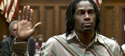 Un témoin se présente à la barre lors du procès de Cleveland contre Wall Street