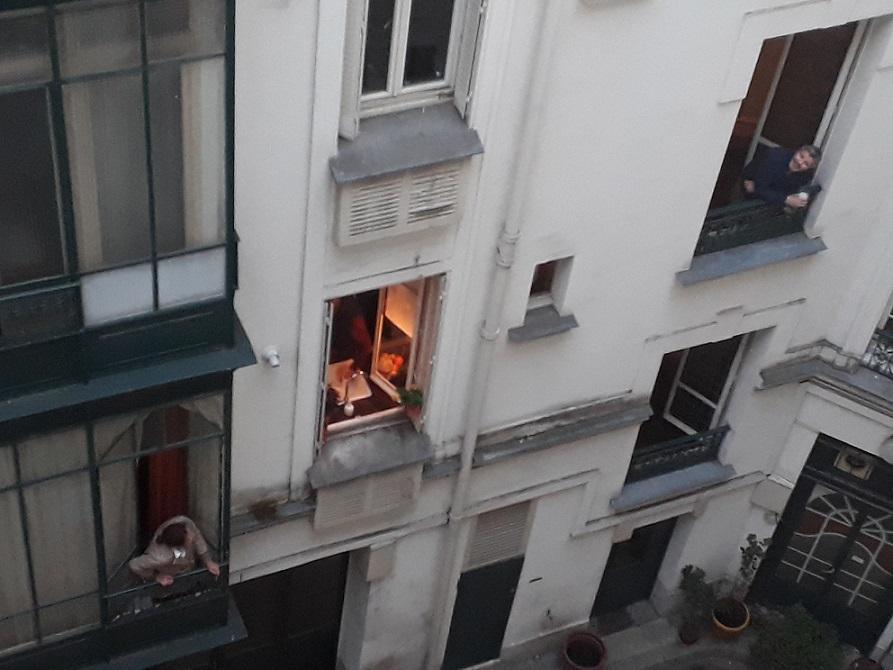 #AMAFENETRE Marie-Hélène, Paris 12e, 26 mars / Le rendez-vous du soir entre voisins