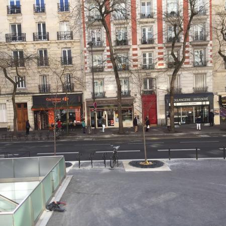 #AMAFENETRE Armelle, Paris 13e, 31 mars /  Devant la boulangerie