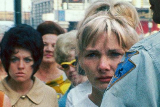Wanda, l'héroïne du film Wanda marchant dans la rue